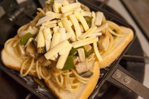 鮪パスタとチーズのホットサンド