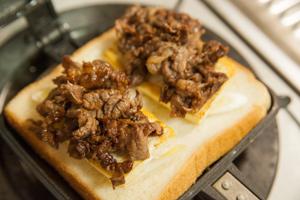 牛肉と豆腐のすき焼き風ホットサンド-04
