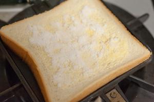 バターが主役!シュガーバターホットサンド